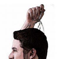 uomo che stimola la ricrescita dei capelli